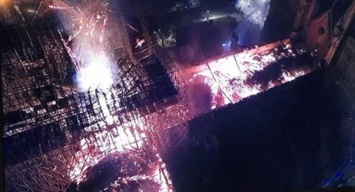 Una foto aerea di Notre Dame in fiamme. Credits: youtg.net