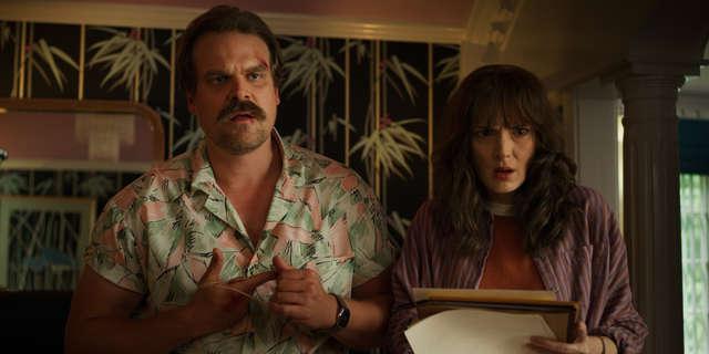Hopper e Joyce in una scena della serie. Credits: thrillist.com