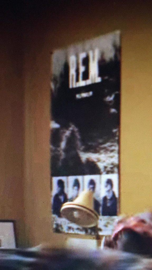 Il poster dei R.E.M. in camera di Jonathan. Credits: reddit.com