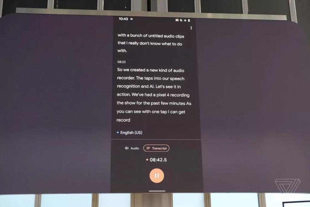 L'applicazione Recorder in azione, mentre traduce l'intero discorso alla conferenza. Credits: theverge.com