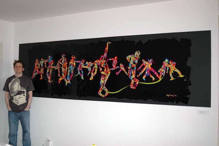 """Simon Colton accanto a The Dancing Salesman Problem, il quadro realizzato dal software dopo aver imparato le """"grammatiche visive"""" del corpo umano."""