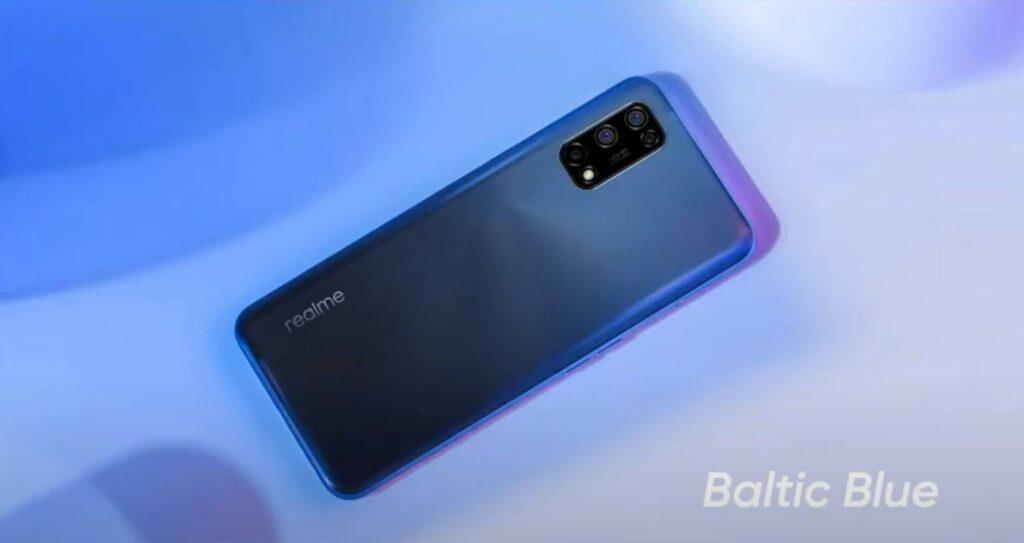 Il Realme 7 5G in versione Baltic Blue. Credits: tomshw.it