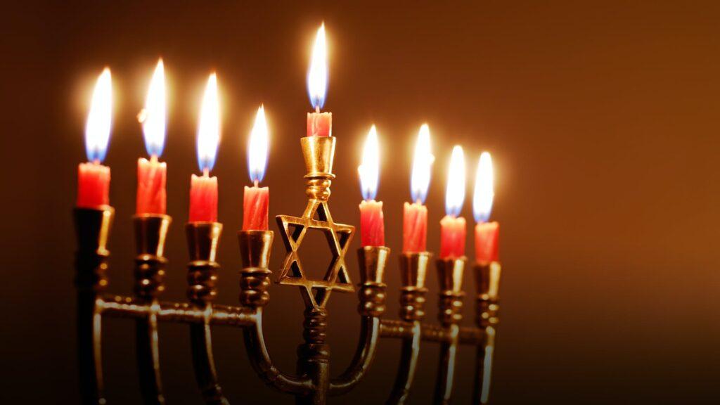 Il famoso candelabro simbolo dell'Hanukkah. Credits: History.com