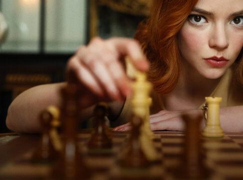 """Gli scacchi spopolano grazie alla serie Netflix """"La regina degli scacchi"""""""