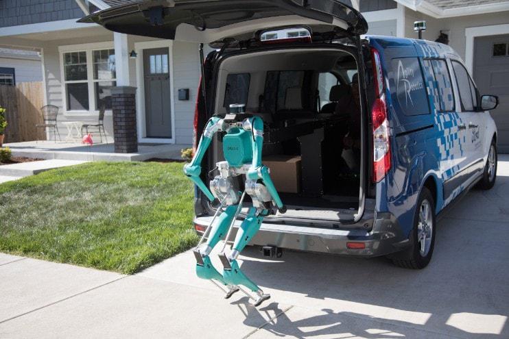 Digit di Agility Robotics, dopo aver effettuato la consegna, si appresta a riprendere il suo posto all'interno del furgone Ford a guida autonoma. Fonte: Ford
