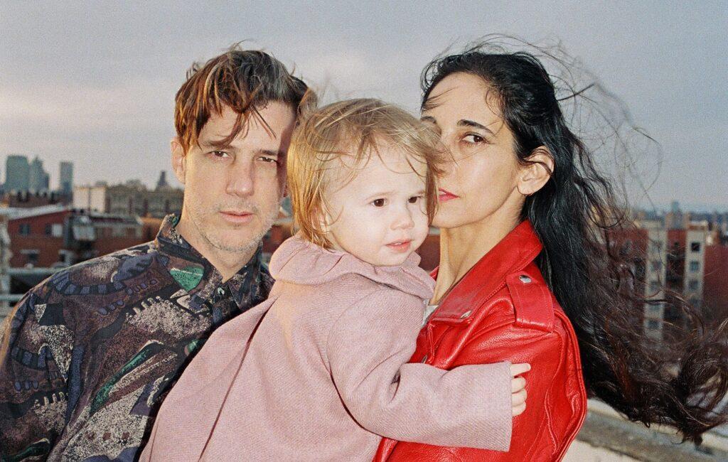 """Luca Yupanqui con i genitori. La bambina ha """"registrato"""" l' album """"Sounds of the Unborn"""" quando era ancora un feto. Credits: NME"""