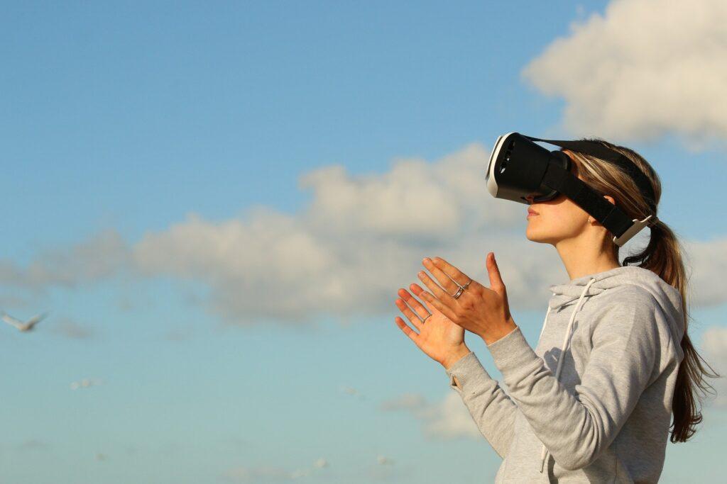La realtà virtuale ci permette di immergerci in ambienti realistici dove interagire in vari modi e vivere avventure.