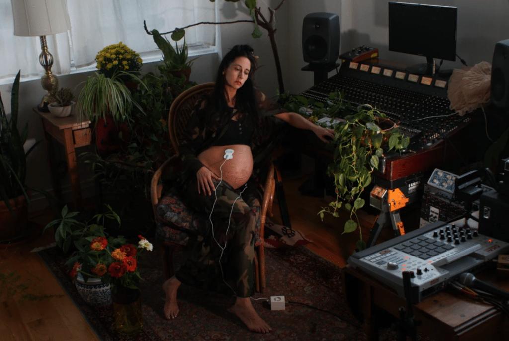 """Elizabeth Hart, la mamma di Luca, durante una delle sessioni di """"registrazione"""" dell'album """"Sounds of the Unborn"""". Credits: lifegate"""