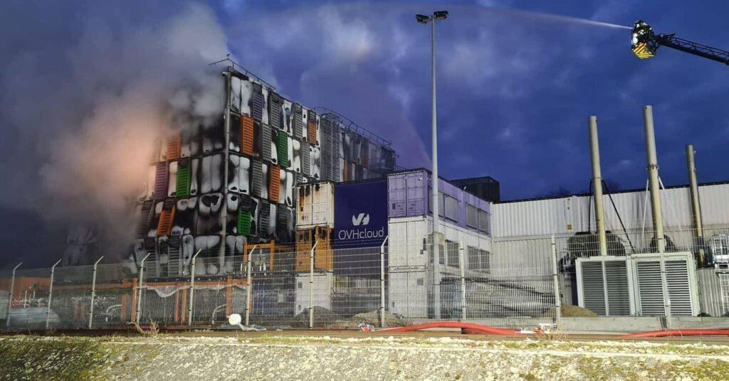 I vigili del fuoco al lavoro per domare l'incendio che ha colpito il datacenter di Strasburgo di OVH. Fonte: Inmeteo