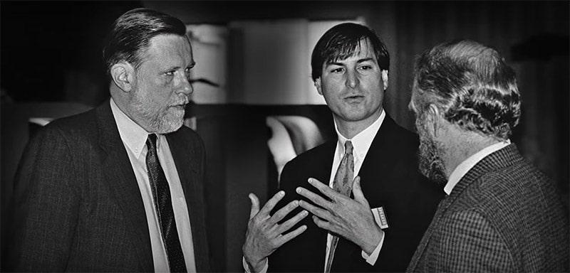 Charles Geschke insieme a Steve Jobs. I computer Apple furono i primi a utilizzare PostScript. Fonte: Fotografia.it
