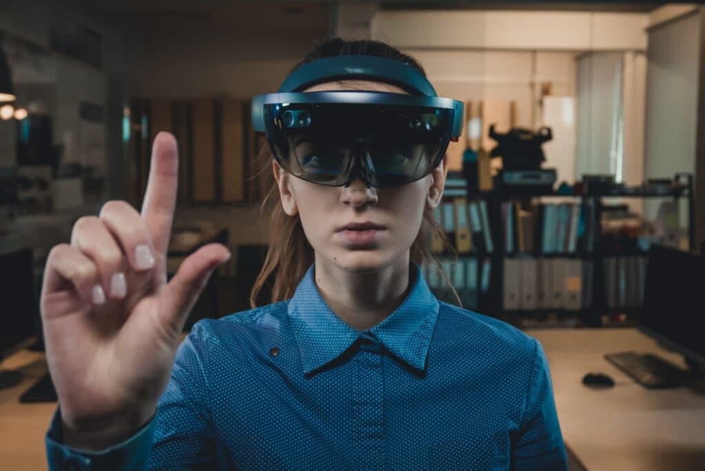 Gli Hololens Microsoft sono già utilizzati in vari settori. Fonte: Dgroove