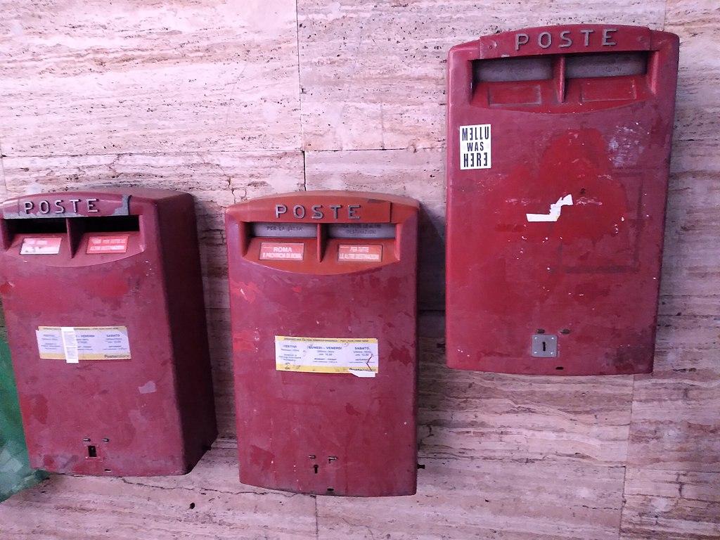 La cassetta rossa della posta: una vera icona tutta italiana che diventa smart