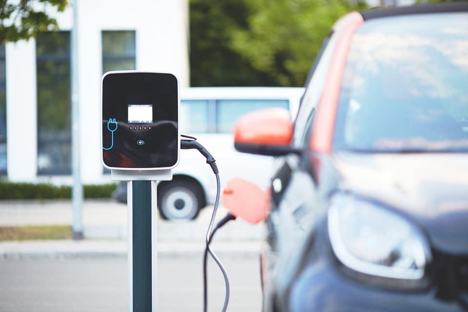 Le auto elettriche invadono il mercato automobilistico portando una nuova emergenza